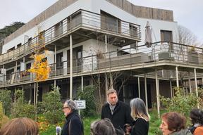 Pendant la visite de l'opération de logements à Bailly. Vue sur les terrasses qui permettent aux habitant d'être en relation avec le contexte naturel.